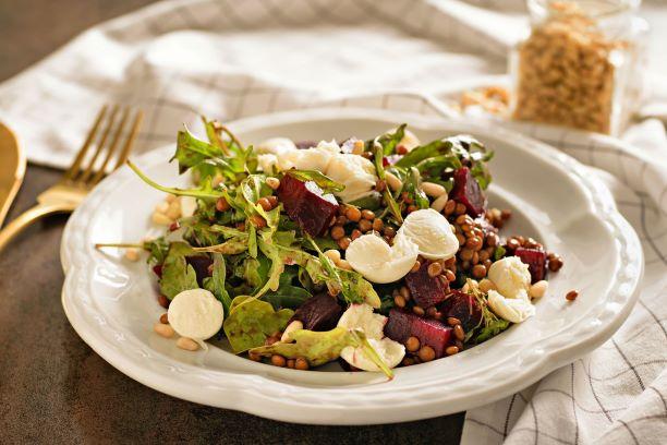 Čočkový salát s pečenou řepou, rukolou a mozzarellou