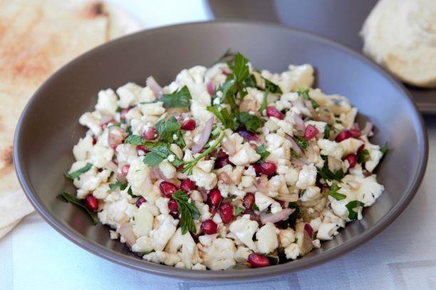 Květákový salát s humusem a pitou