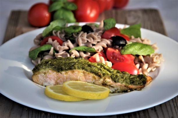 Losos s pestem a těstovinovým salátem