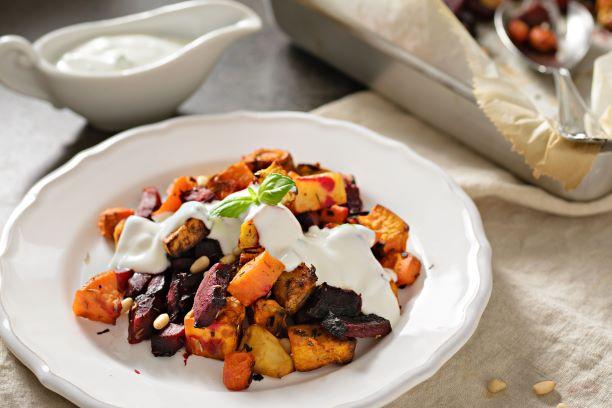 Recept: Pečená zelenina s batáty a jogurtovým dipem