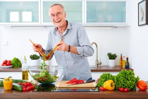 Úskalí výživy seniorů. Jak zajistit potřebné živiny a předejít deficitům?