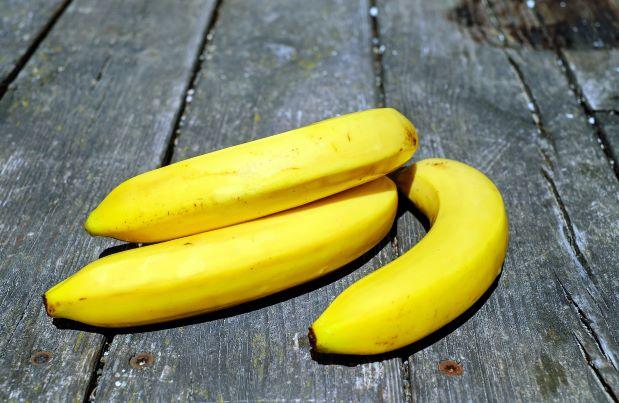 Banán schvaluje většina diet. Nedráždí žaludek a zahání mlsnou. Skvěle se hodí do moučníků a dezertů