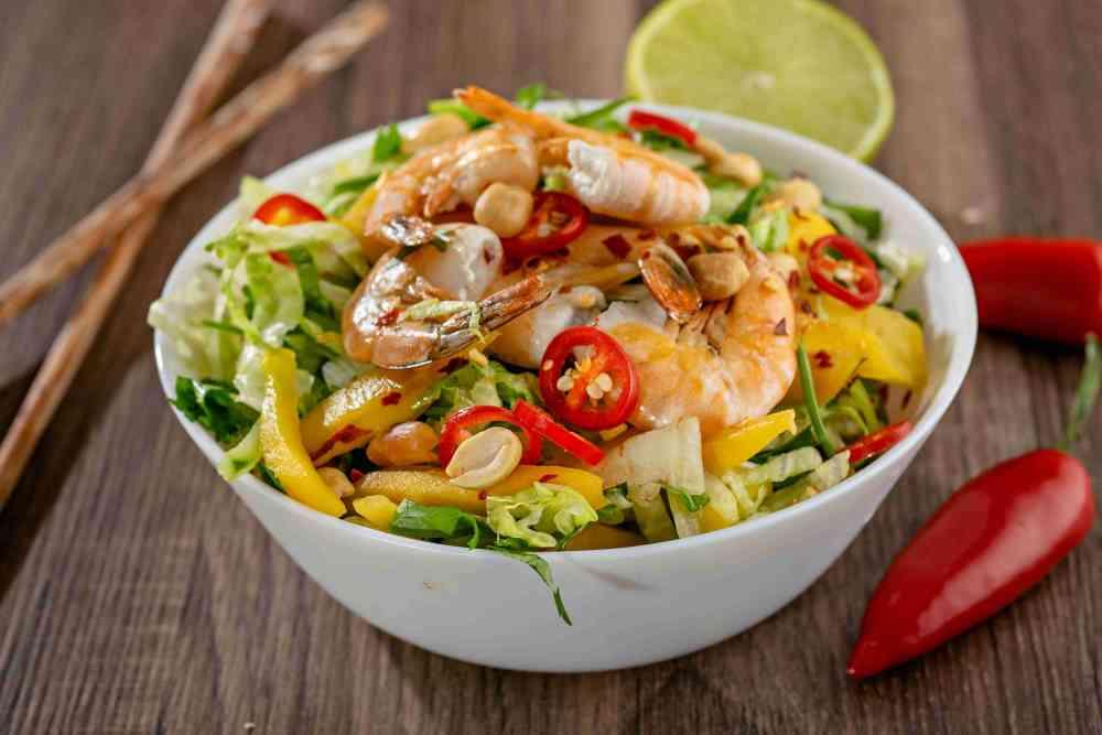Asijský salát s mangem a krevetami