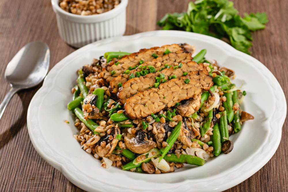 Pohankové rizoto s tempehem a zelenými fazolkami