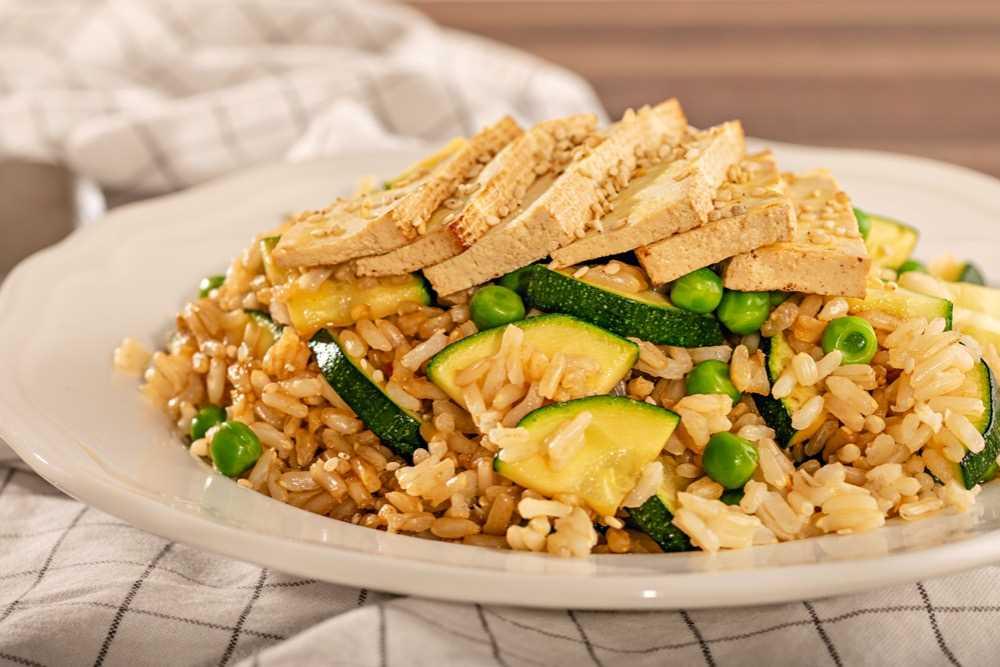 Rýže s tofu, hráškem a cuketou