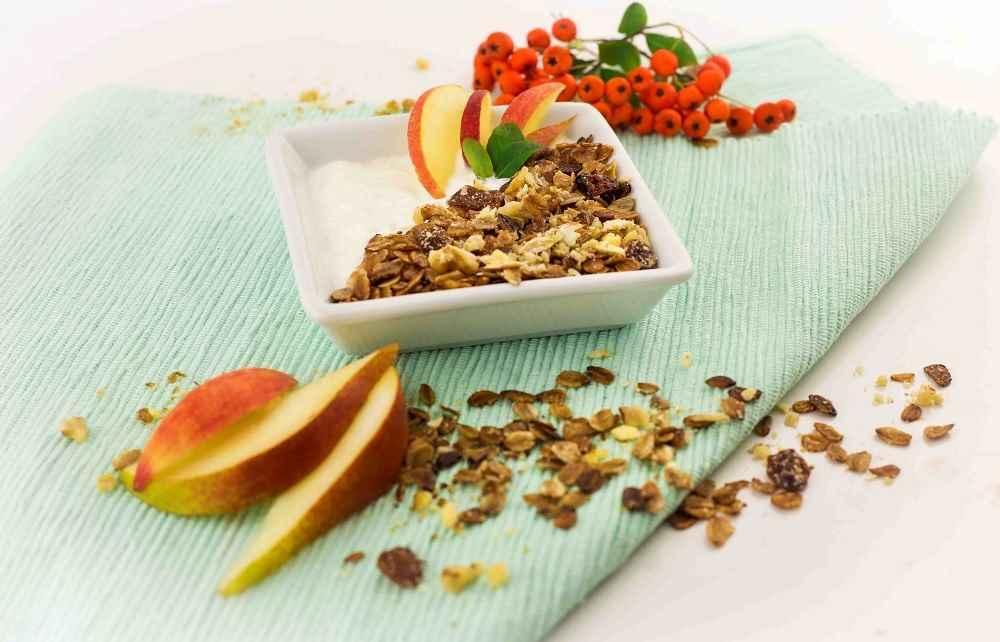 Žitné müsli s jogurtem, ořechy a jablky