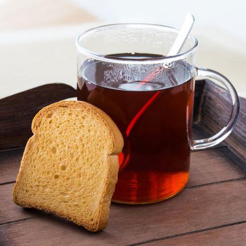 černý čaj a suchar