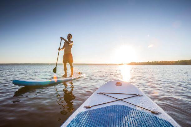 Léto na paddleboardu - zábava s bonusem pevného a štíhlého těla