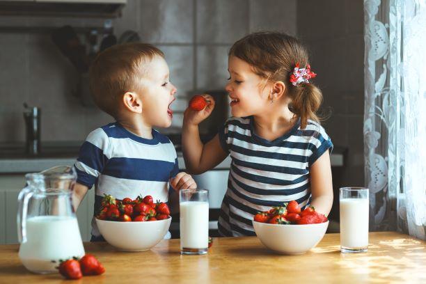 Děti pijící plnotučné mléko mají nižší sklon k obezitě, říká studie
