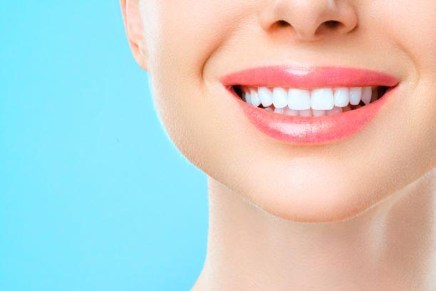 Zdravé zuby a zářivý úsměv zajistí správné čištění, ale i výživa