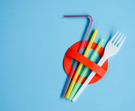 zákaz plastových příborů