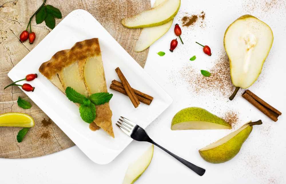 Hruškový koláč naruby s javorovým sirupem a jogurtem
