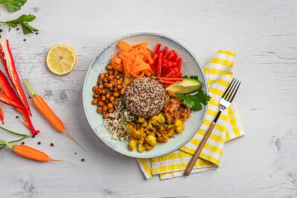 Vyvážené zdravé hlavní jídlo splňující pravidla makrobiotiky i kritéria certifikace Vím, co jím.