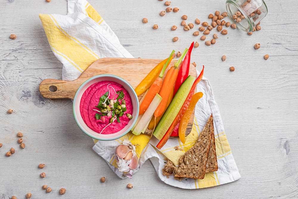 Řepný hummus se zeleninovými hranolky