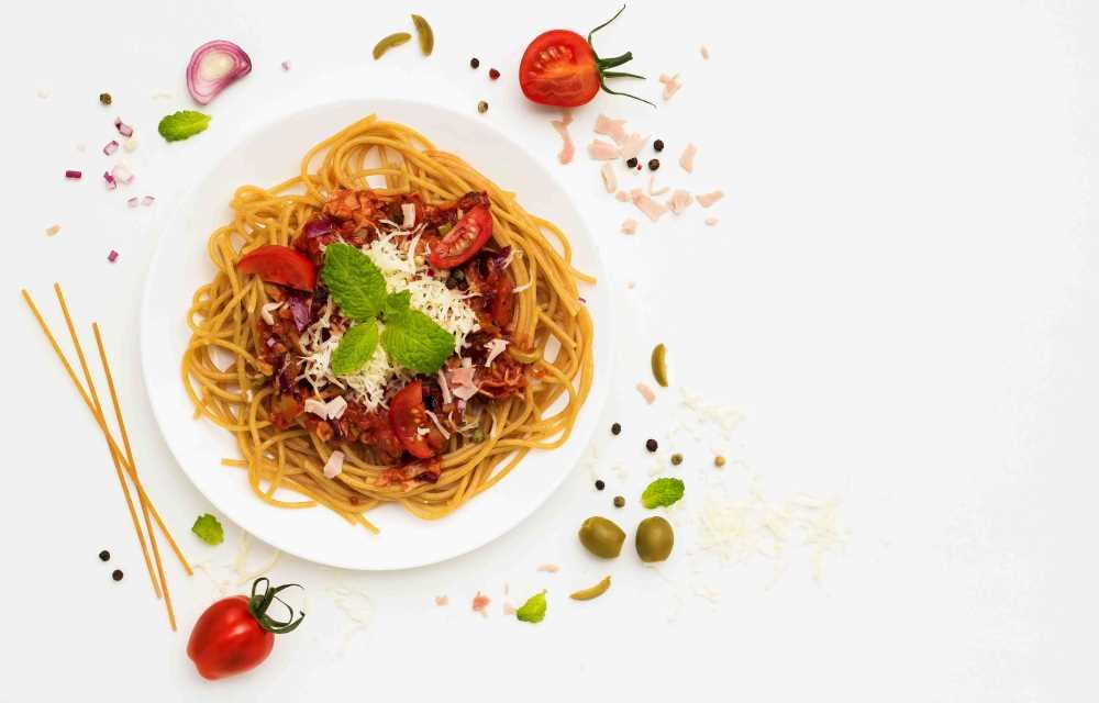 Celozrnné špagety s rajčaty a šunkou