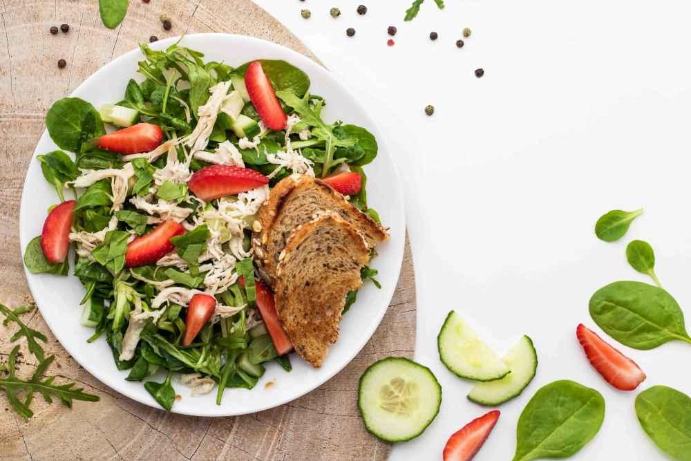 Trhané krůtí maso s listovým salátem a jahodami