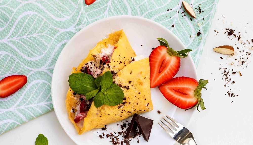Omeleta s tvarohem, jahodami a čekankovým sirupem