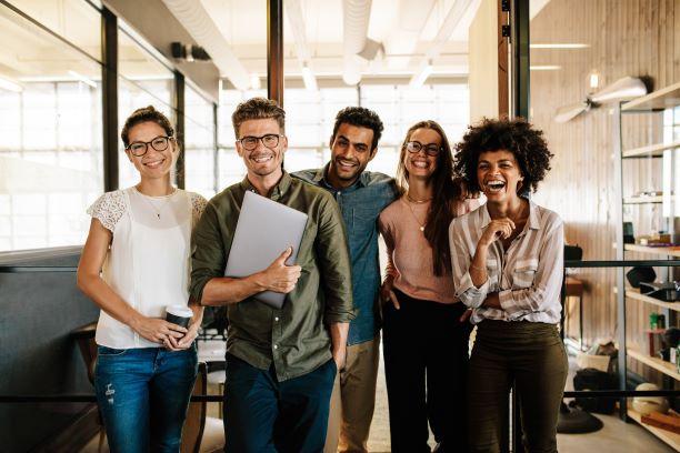 mladí lidé v práci
