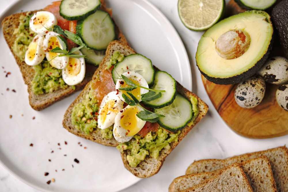 Avokádový toast s lososem a křepelčími vejci