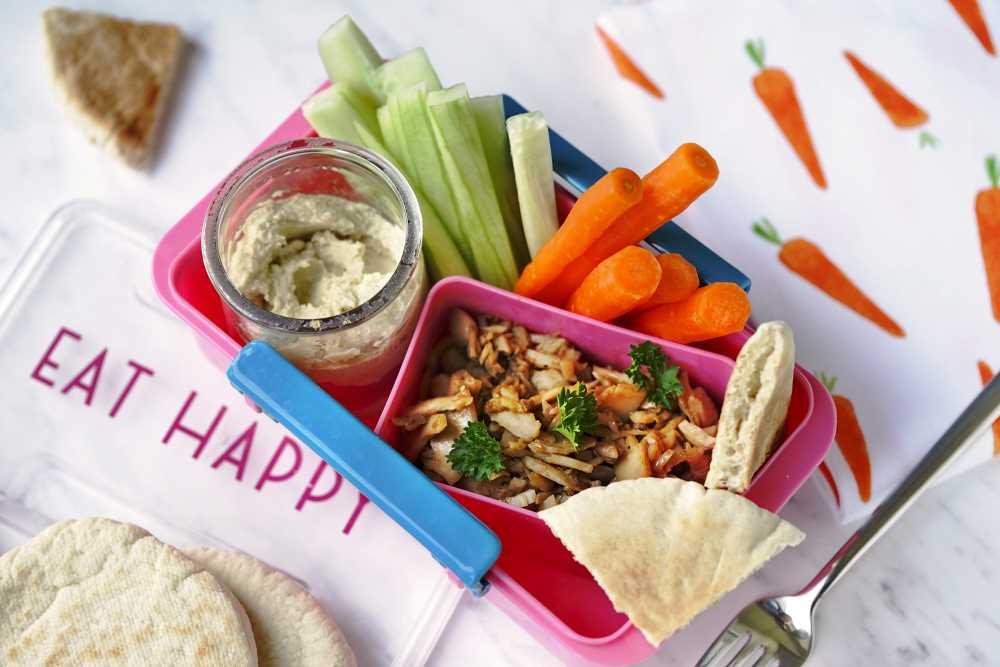 Zdravý oběd do krabičky s trhaným masem a cizrnovým humusem