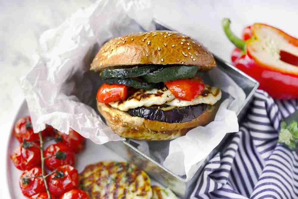 Burger trochu jinak - s grilovaným sýrem a zeleninou