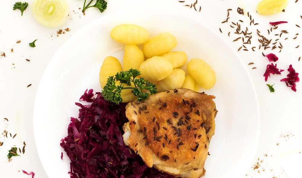 Kuře pečené na zelí s bramborovými noky