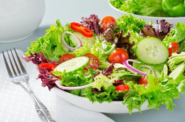 Zelené listy salátů. Zdroj kysliny listové a vitamínu K