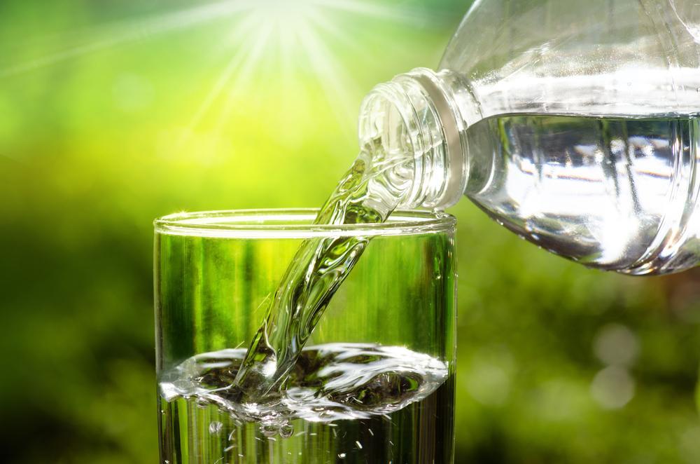 Kdo víc pije, ten víc hubne. Jak souvisí množství tekutin s hubnutím?