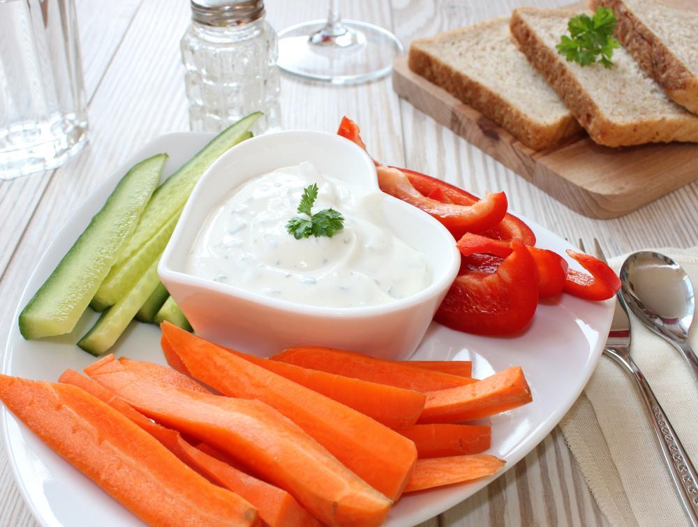 Jogurtové dipy chutnají se zeleninou i masem