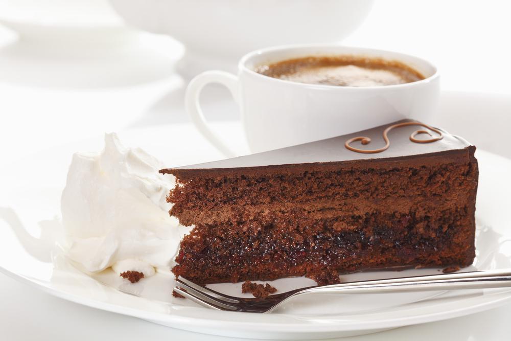 Kolik energie sníme ke kafi? Pár sušenek, kousek bábovky a hodně cukru