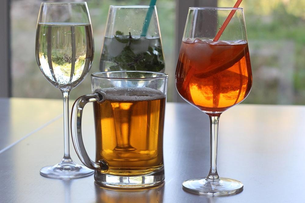 Letní alkoholické nápoje jsou zdrojem energie a cukru