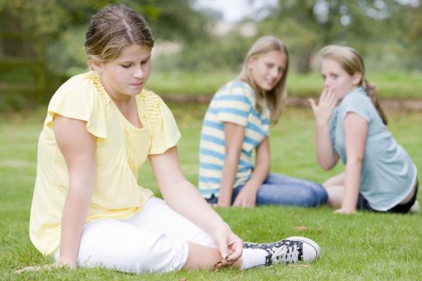 Děti se posmívají dívce s nadváhou