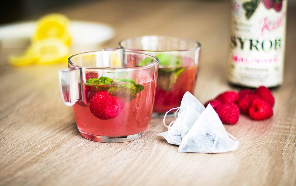 Voňavý ledový čaj s malinovým sirupem