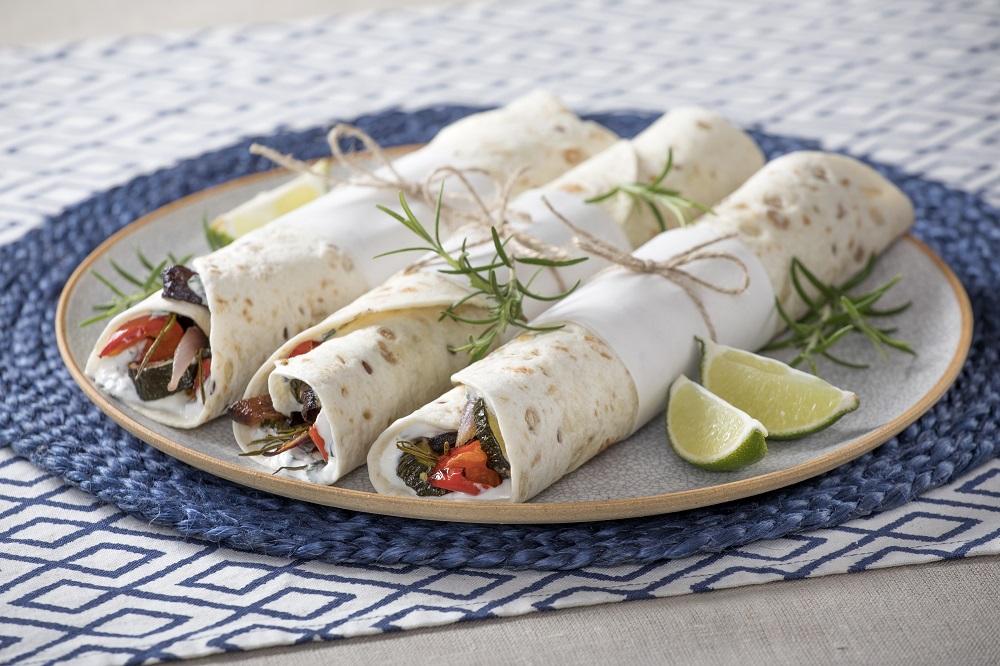 Tortilla se zeleninou, řeckým jogurtem a bylinkami