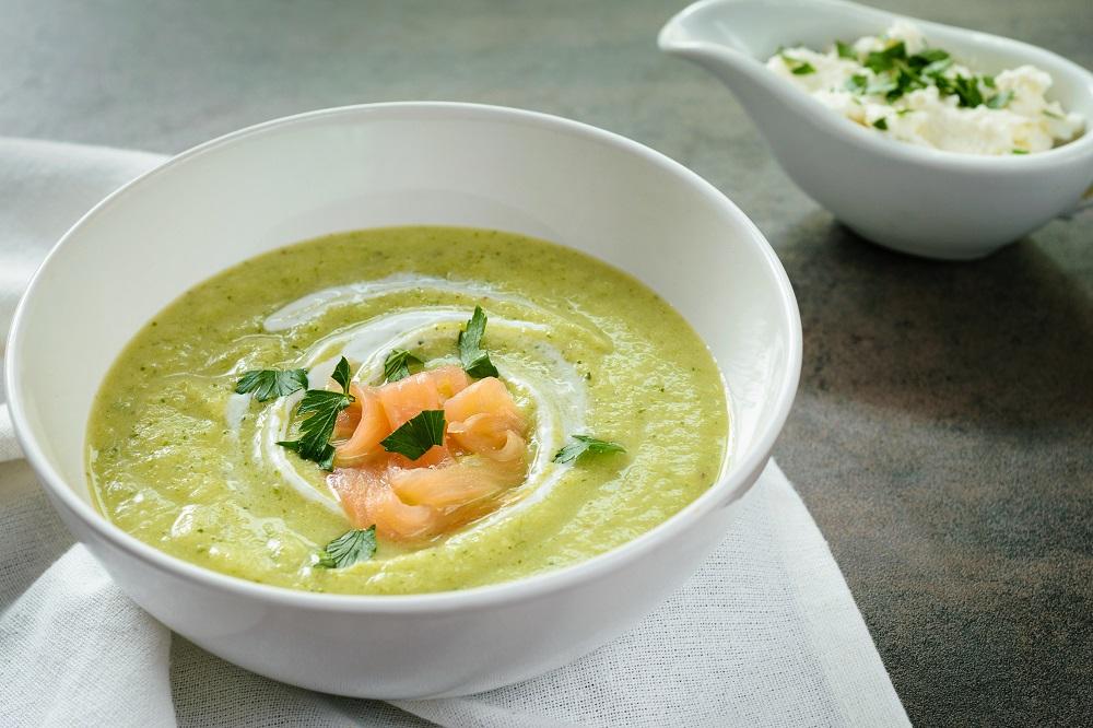 Cuketovo-brokolicová polévka s uzeným lososem