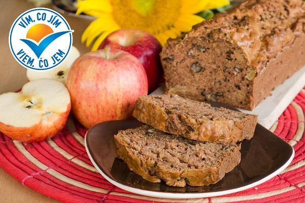 Jablečný chlebík s ořechy a javorovým sirupem
